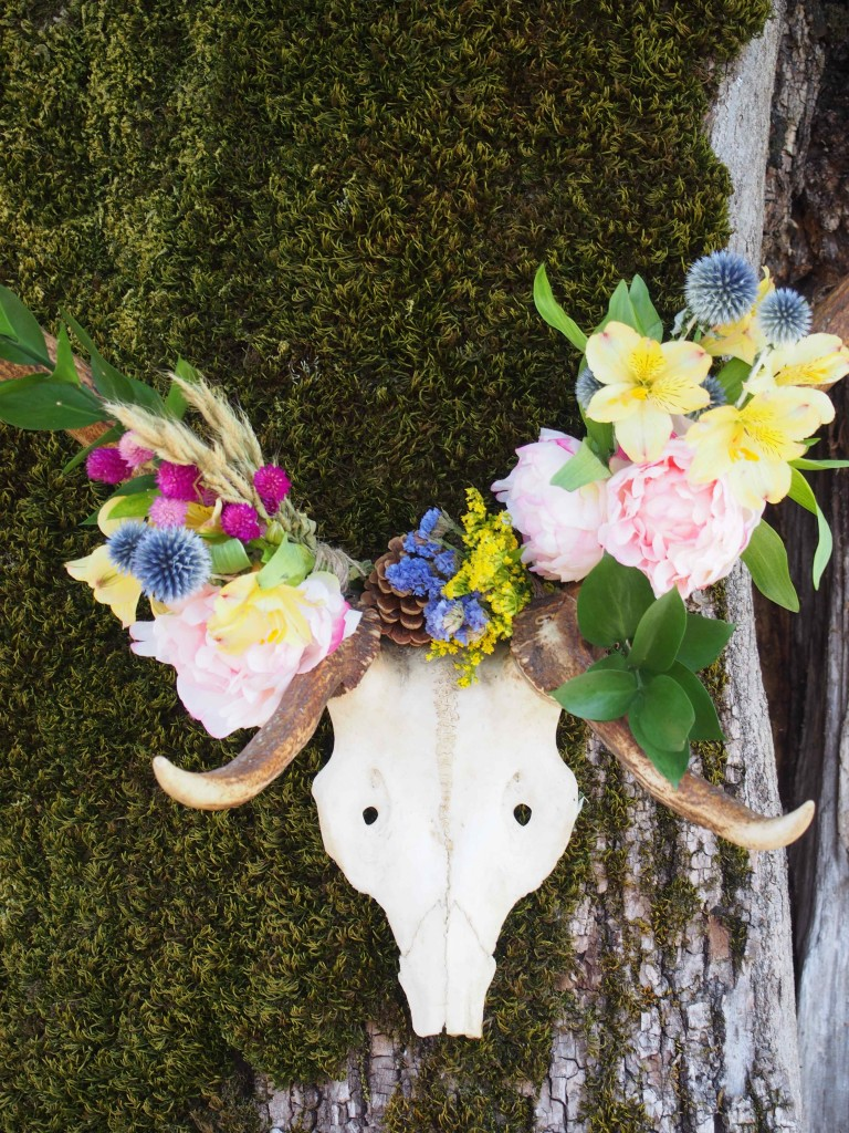Trophée tête de cerf fleuri
