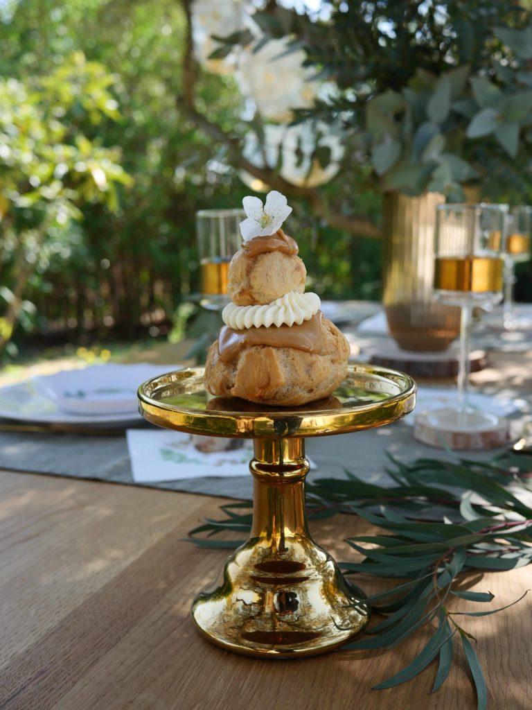 présentoir gâteau doré